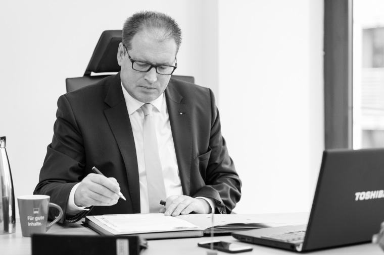 Jürgen_Schreibtische_schwarz_weiß_Presse_ÖA.jpg